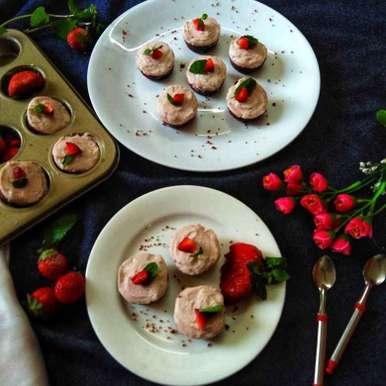 Mini red velvet strawberry malai cup recipe in Bengali,মিনি রেড ভেলভেট স্ট্রবেরি মালাই কাপ, Debjani Dutta