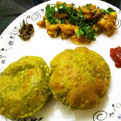 Photo of Palak puri aalu subzi ke sath by anita uttam patel at BetterButter