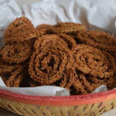 Bajra lahsun chakli/ murukku recipe in Hindi,बाजरा लहसून चकली/ मुरूकू, Dhara joshi
