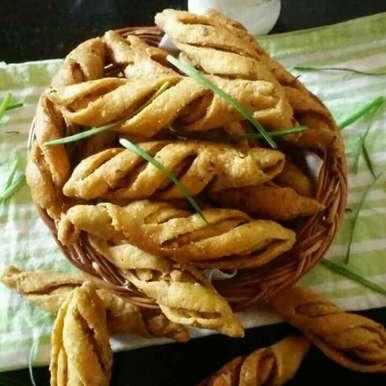 Hare lahsun wali champakali recipe in Hindi,हरे लहसुन वाली चम्पाकली, Nidhi Seth