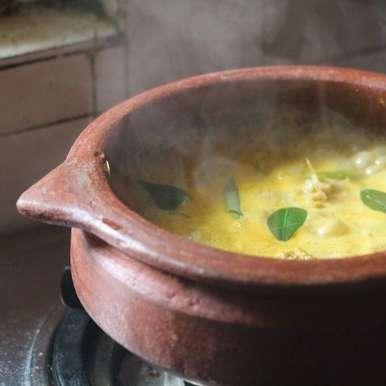 Meenum Mangayum Chaar (Fish & Raw Mango Curry) recipe in Hindi, मीनम मंगयुम चार (मछली और कच्चा आम करी)।, Maria George