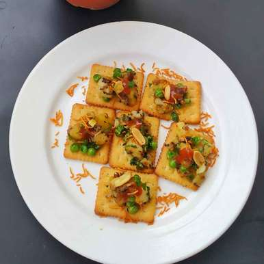 Photo of Mixed vegetable topping on biscuit with 'V' by Satvinder Hassanwalia Chandhok at BetterButter